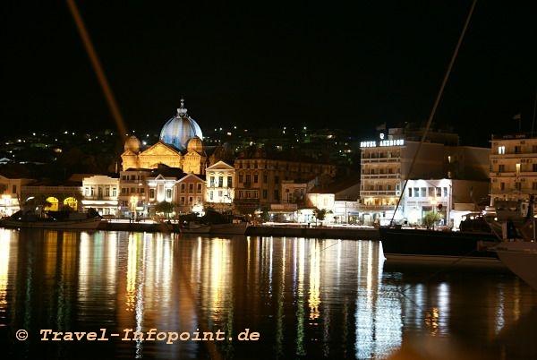 Mythilini Hafen bei Nacht